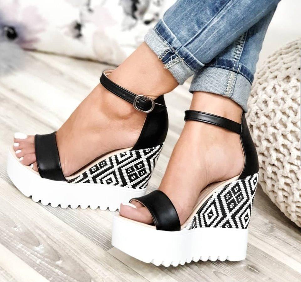 Preprosta poletna oblačila s pisanimi sandali